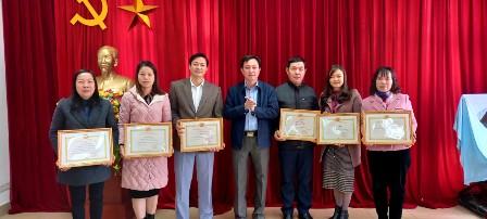đồng chí Lò Văn Cương - Ủy viên Ban Thường vụ Tỉnh ủy, Trưởng Ban Dân vận Tỉnh ủy, tặng giấy khen cho các cá nhân