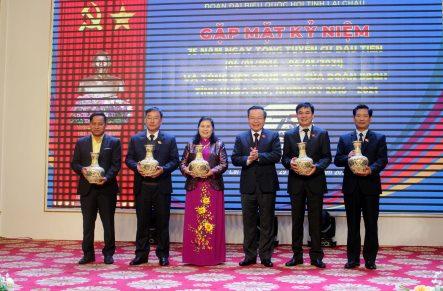 Đồng chí Phùng Quốc Hiển - Ủy viên Trung ương Đảng, Phó Chủ tịch Quốc hội tặng quà lưu niệm cho các ĐBQH tỉnh, khóa XIV.