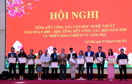 Đồng chí Đặng Thanh Sơn – Phó Trưởng ban Thường trực Ban Tuyên giáo Tỉnh ủy  tặng giấy khen cho các cá nhân có thành tích trong hoạt động Hội năm 2020