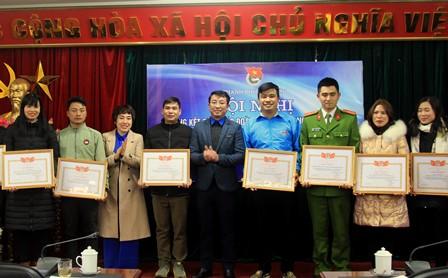 Đại diện Thành đoàn Lai Châu trao Giấy khen cho các tập thể có thành tích xuất sắc trong công tác đoàn và phong trào thanh thiếu niên năm 2020.