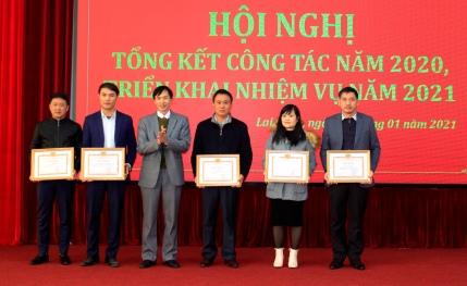 Lãnh đạo Đảng ủy Khối Các cơ quan và Doanh nghiệp tỉnh tặng giấy khen cho các cá nhân hoàn thành xuất sắc nhiệm vụ 5 năm liền (2016 – 2020).